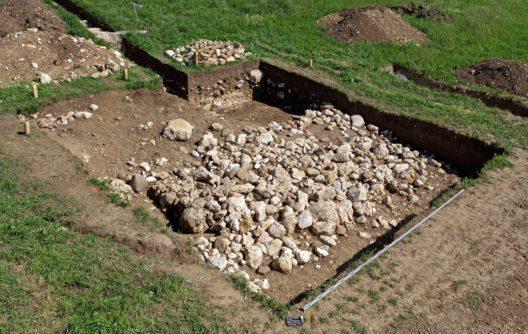 Die unter dem Grab liegende, ältere Steinkonstruktion. (Bild: © Archäologischer Dienst des Kantons Bern, Guy Jaquenod)