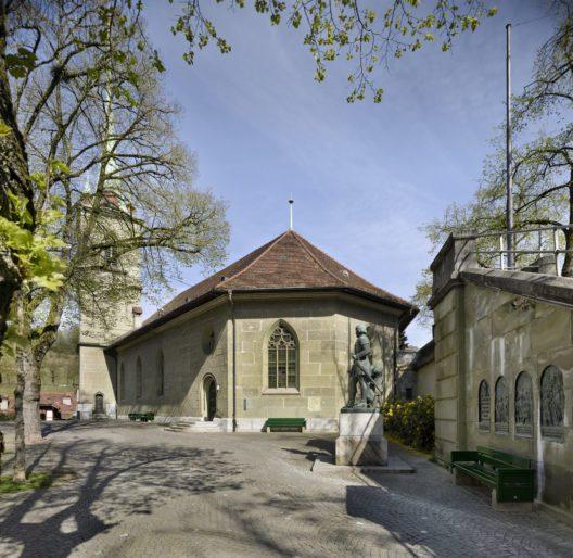 Ansicht der Kirche vom Nydegghof her. Rechts der dominierende Zufahrtsdamm der Nydeggbrücke, davor das Gründerdenkmal, dahinter der polygonale neugotische Erweiterungsbau von 1864/65. (Bild: Alexander Gempeler © gsk.ch)