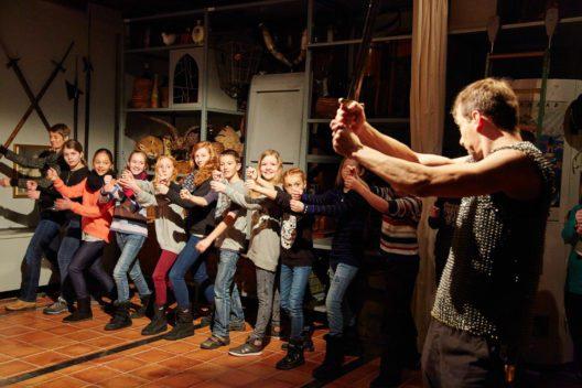 """Eine Schulklasse besucht die Theatertour """"Rostige Ritter anno 1386"""" im Historischen Museum Luzern. (Bild: Emanuel Ammon)"""