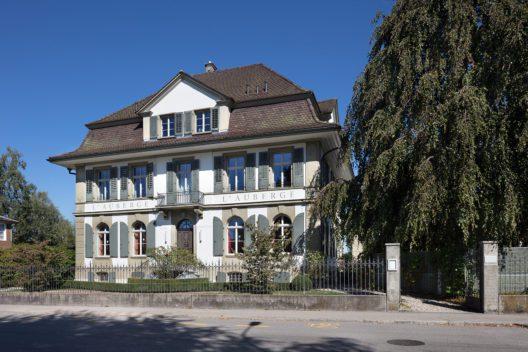 Zwischen dem Bahnhof und dem Zentrum bildete sich ab 1860 ein stattliches Villenquartier aus. Im Bild die zum Hotel und Restaurant umfunktionierte klassizistische Villa an der Murgenthalstrasse. (Bild: James Batten/ Schweizer Heimatschutz)