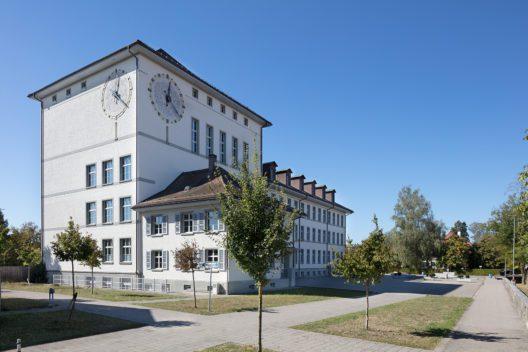 Innerhalb des Bildungszentrums Kreuzfeld nimmt das von Hans Klauser 1928–1930 realisierte und kürzlich fachgerecht renovierte Schulhaus eine prominente Rolle ein. (Bild: James Batten/ Schweizer Heimatschutz)