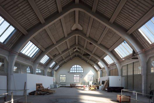 Im Betonskelettbau der Isolatorenhalle (1918) auf dem Areal der Porzellanfabrik herrscht eine fast schon sakrale Stimmung. (Bild: James Batten/ Schweizer Heimatschutz)