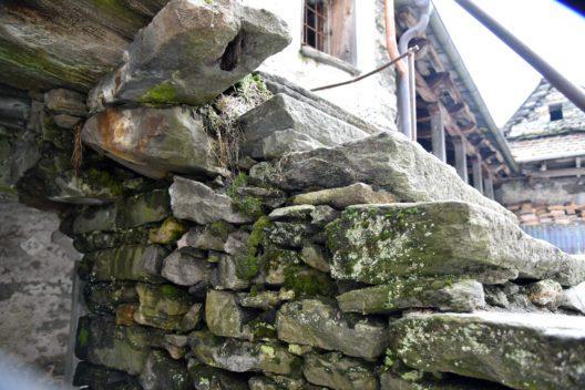 Das mittelalterliche Steinhaus diente lange Zeit als Wohnhaus, steht nun aber seit mehreren Jahrzehnten leer. (Bild: Nancy Wolf, Ferien im Baudenkmal)