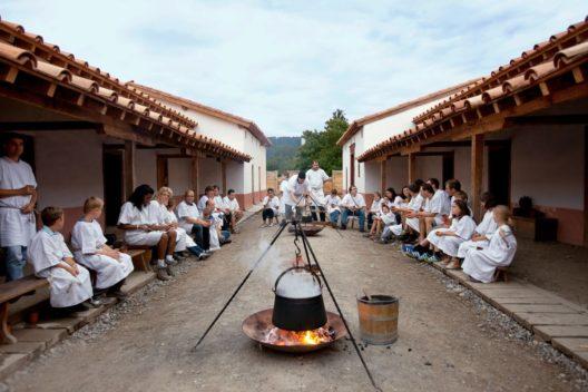Gemeinsames Kochen auf dem Legionärspfad Vindonissa (Bild: Museum Aargau)