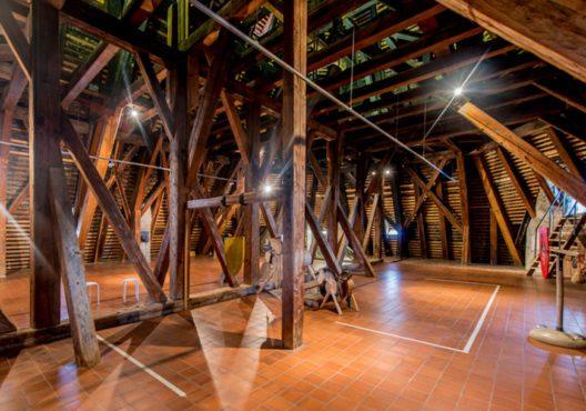 Thun: Zimmermanns Handwerk – Bräunen und Streichen von Bauholz (Bild: © Stiftung Schloss Thun)