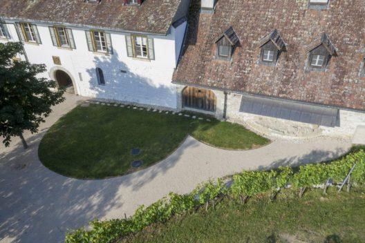 Von Metallbändern eingefasste Rasenflächen zeigen die einstigen Apsiden der im 11. Jahrhundert eingestürzten Klosterkirche an.