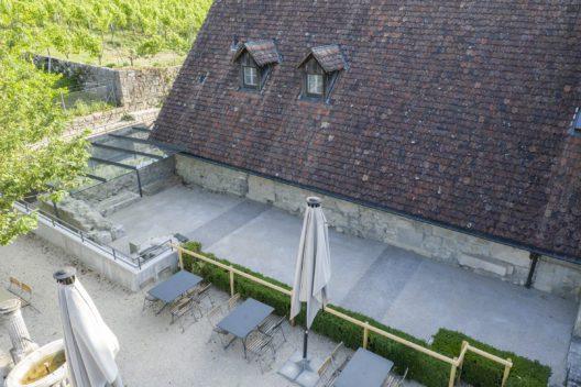 Der neue Boden des ehemaligen Querhauses mit Markierung der Vierung. Neu sind auch die Schutzbauten beim Abschluss des nördlichen Querhauses.