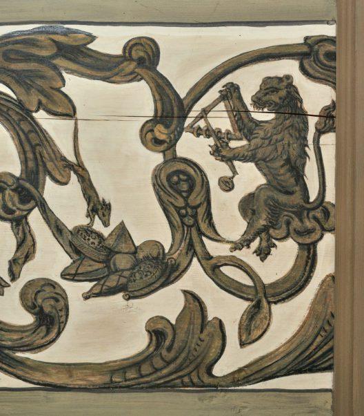 Oeschgen. Mitteldorfstrasse 62. Schlössli. Ausschnitt aus der bemalten Täferdecke von 1693 mit einem Löwen, der Triangel spielt, und einer Maus, die an Backwaren nascht. (Bild: Denkmalpflege Kanton Aargau, Christine Seiler, 2012)