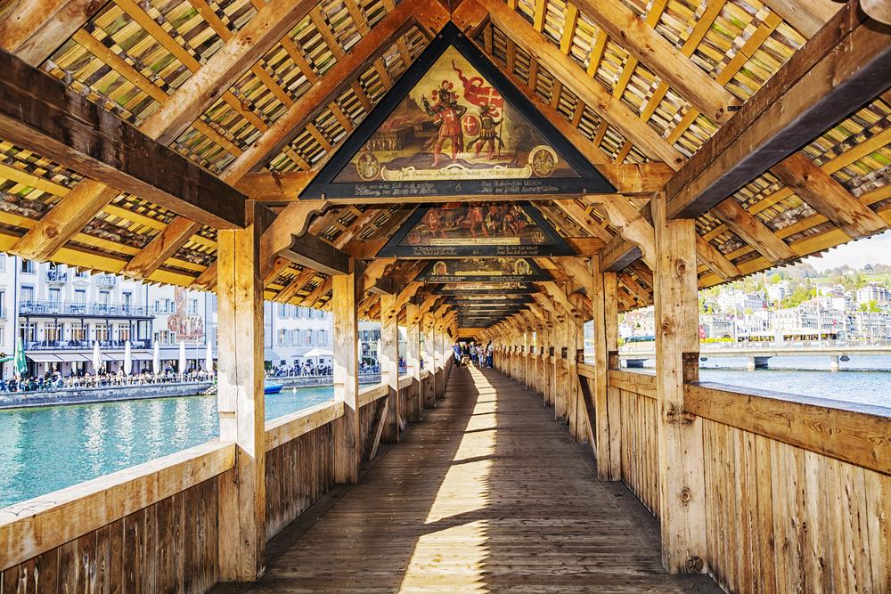 Die Kapellbrücke - ein Meisterwerk historischer Baukunst (Bild: MarinaD_37 - shutterstock.com)
