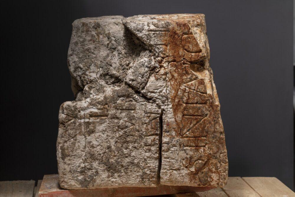Römischer Altar mit Inschrift, die vermutlich den Stifter und die Adressaten benennt. Die diesbezüglichen Analysen sind in Arbeit. (Bild: Kantonsarchäologie, © Kanton Aargau)