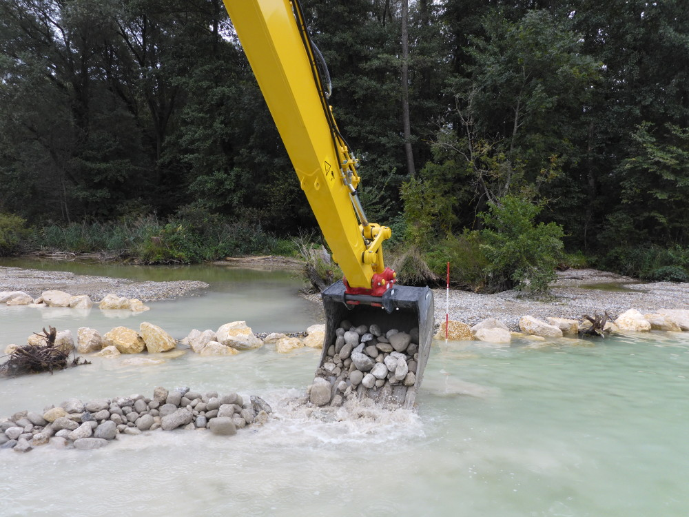 Der Bagger bringt die Überdeckung für die archäologischen Schichten vor dem Wellenbrecher aus Kalksteinen ein. (Bild: © Archäologischer Dienst des Kantons Bern, Marianne Ramstein)