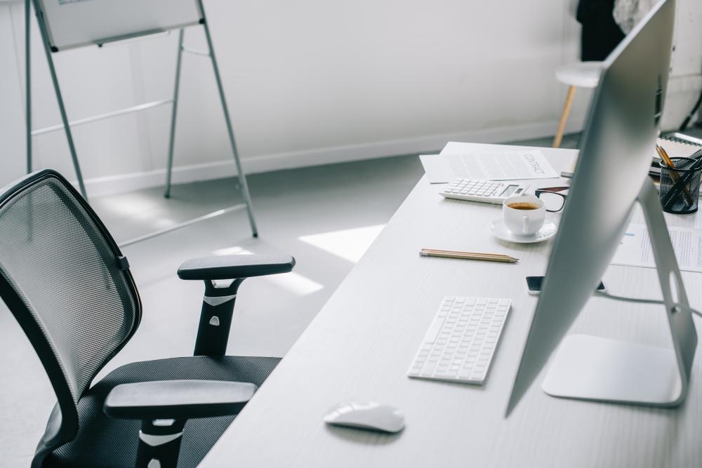 Gesundes Arbeiten mit geeignetem Tisch und Bürostuhl (Bild: LightField Studios - shutterstock.com)
