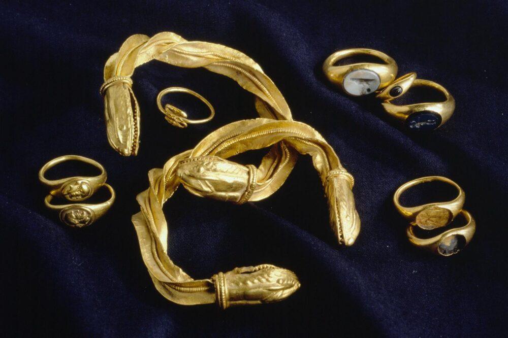 Eine Werkstatt nördlich der Alpen schuf den kunstvollen Goldschmuck, der in der Oetenbachgasse Jahrhunderte im Boden überdauerte. (Bild: Schweizerisches Nationalmuseum)