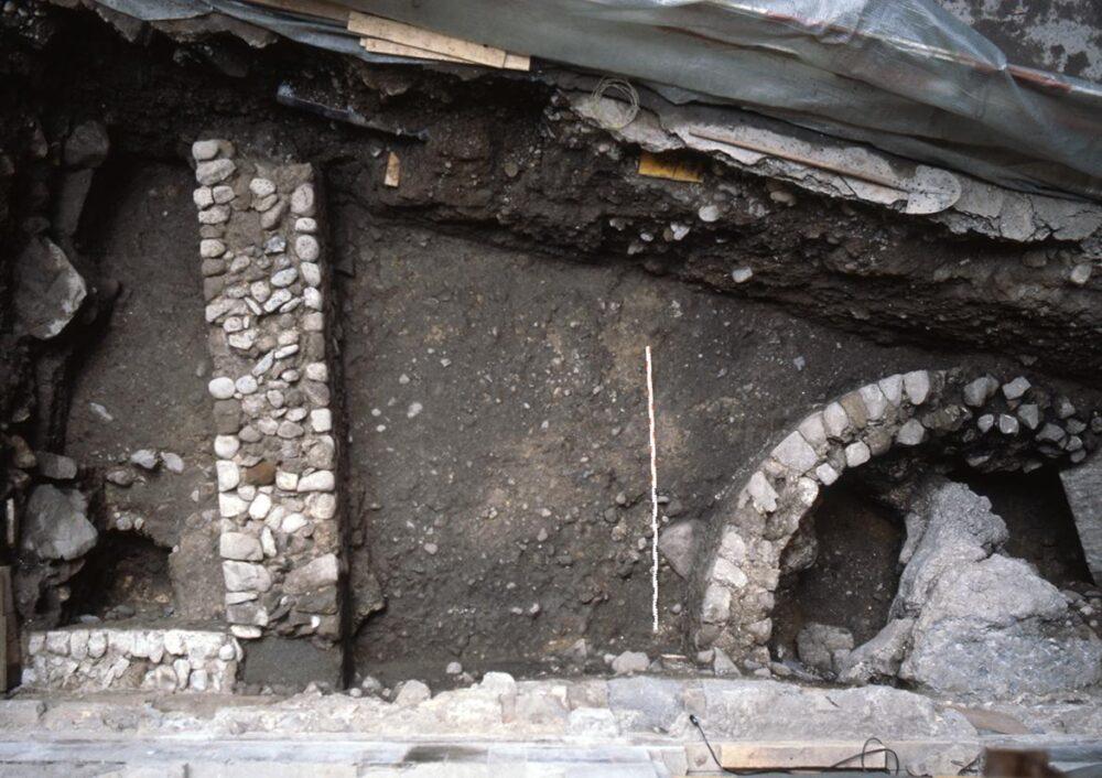Römische Gebäudereste in der Storchengasse: ein kultischer Rundbau aus der Frühzeit der Siedlung und die Mauer eines viereckigen Gebäudes. (Bild: Archäologie Stadt Zürich)