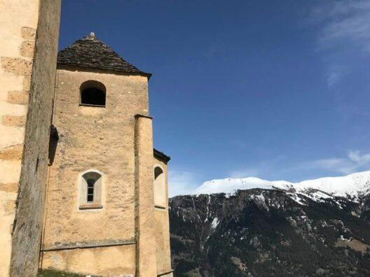 Kirche mit zwei Türmen aus verschiedenen Epochen