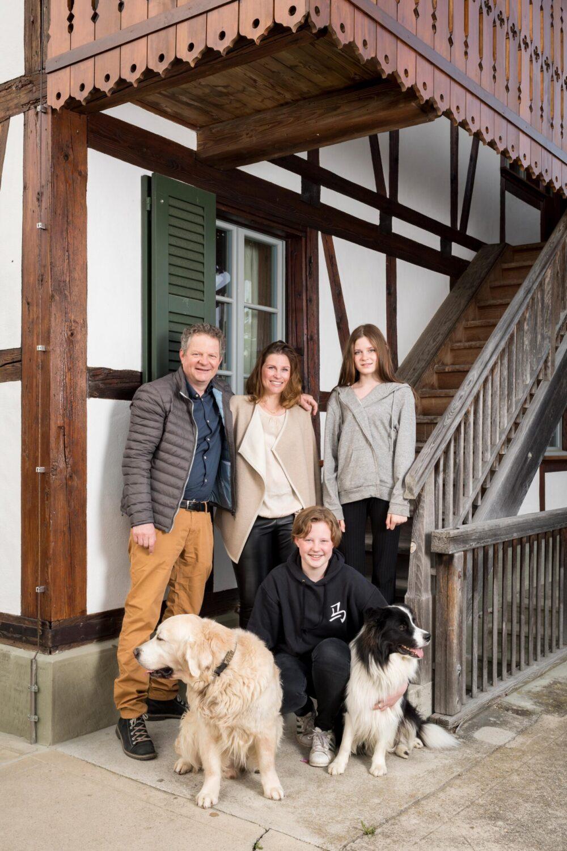 Fabienne und Matthias Birrer mit ihren Töchtern vor ihrem Haus. (Bild: © Roland Junker)