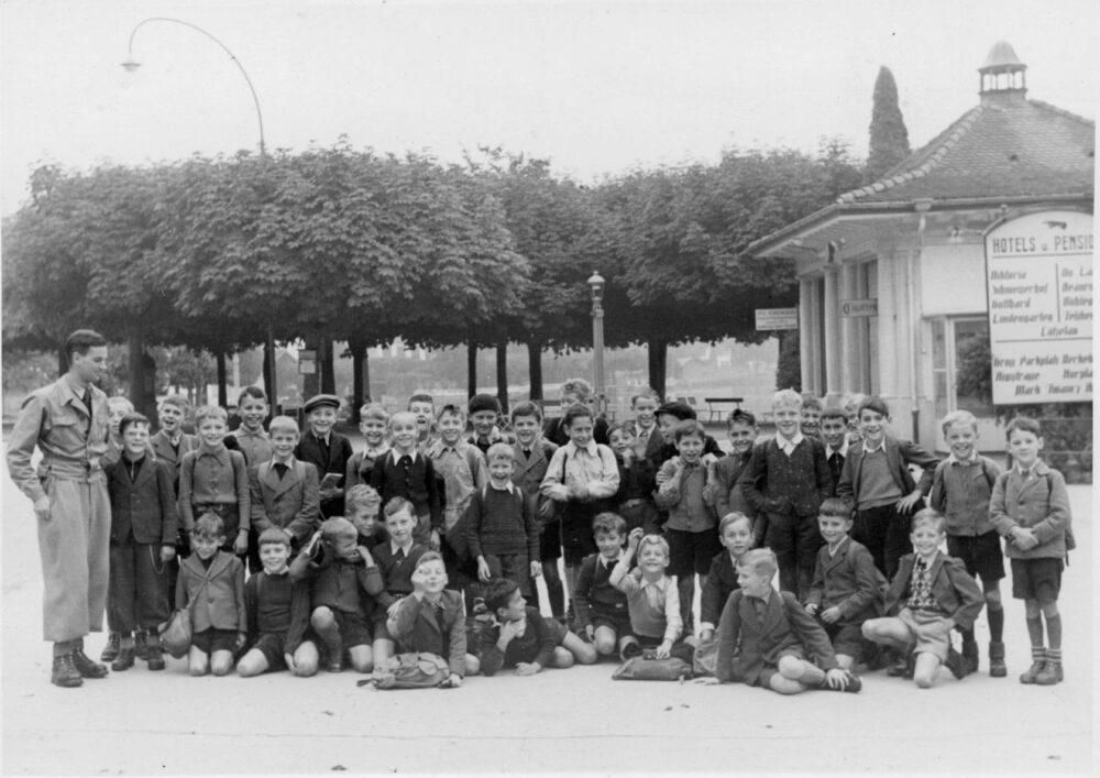 """""""Vo Lozärn gäge Wäggis zue"""". Die dritte Klasse mit über 40 Maihofbuben folgte auf dem """"Schulspaziergang"""" 1943 altbekannten Pfaden. (Bild: Fotograf/in unbekannt)"""