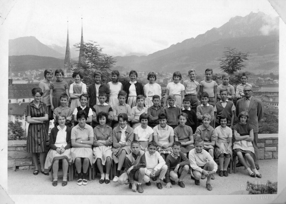 Schule mit Aussicht. Die gemischte 6. Klasse im Schulhaus Felsberg posierte 1962 vor schönster Kulisse. (Bild: Fotograf/in: Hans Huber)