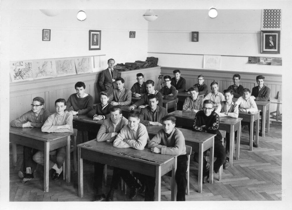 """Nach dem Picknick im Flühli. Die erste und zweite Klasse vom Pestalozzischulhaus auf dem """"Schulspaziergang"""" vom 2. Juli 1946. (Bild: Fotograf/in unbekannt)"""