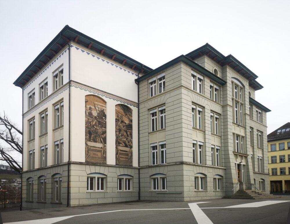 Lenzburg, Schulhaus Angelrain (Bild: © Stiftung Museum Burghalde Lenzburg / mphs.)